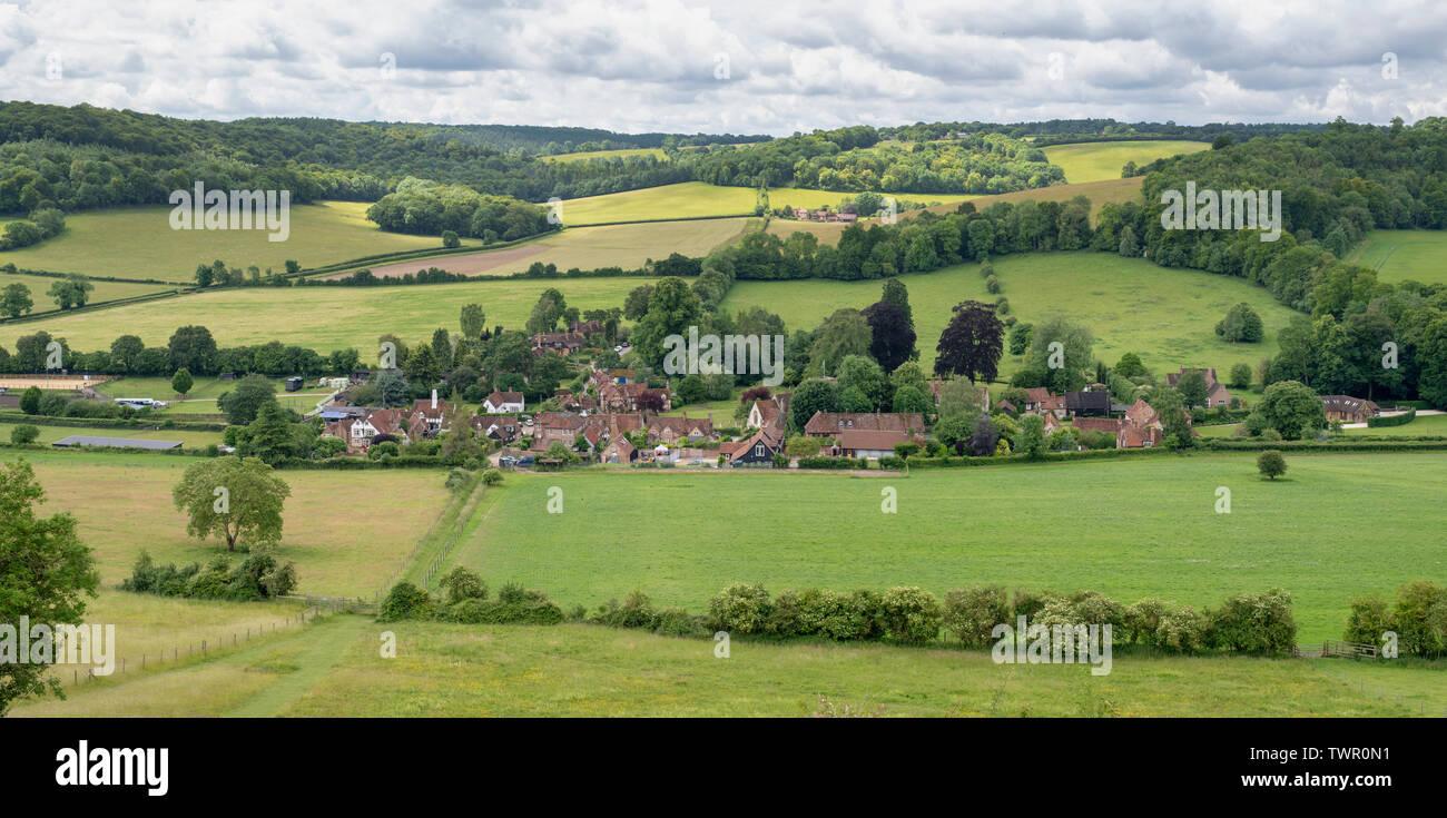 Turville villaggio nella Chiltern Hills. Buckinghamshire, Inghilterra. Vista panoramica Immagini Stock