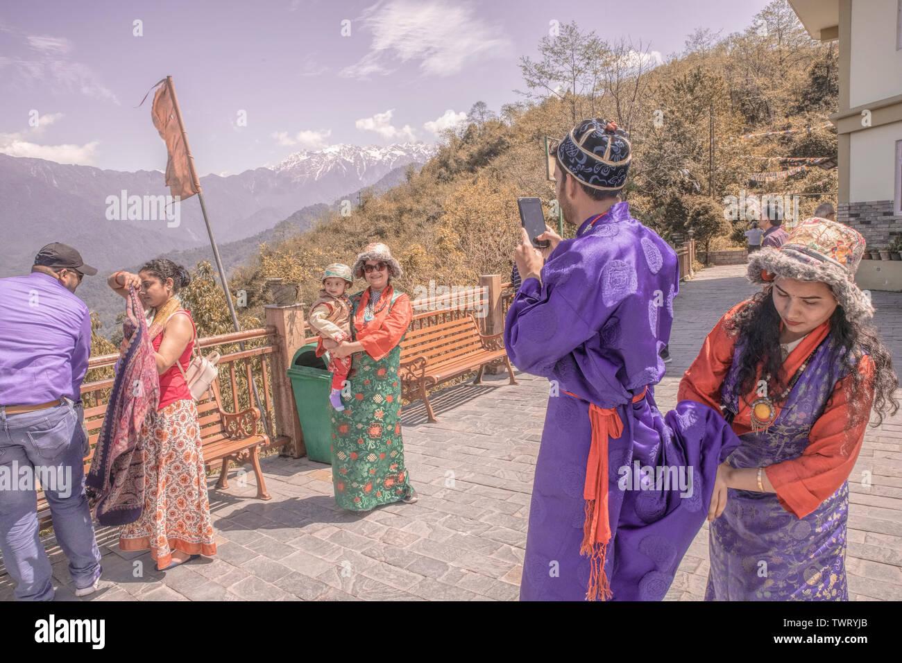 I turisti, famiglie, posa ,photoshot,a,piattaforma,Tashi vista,punto,Gangtok, Sikkim,l'India. Immagini Stock