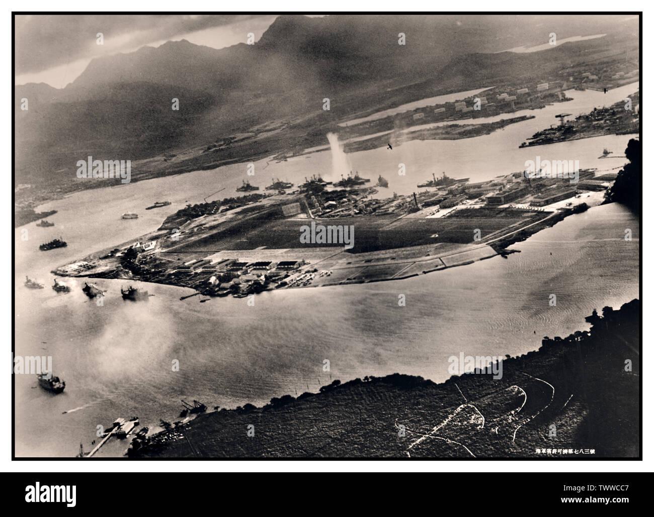 Pearl Harbor Vintage WW2 attacco del porto, 7 dicembre 1941 Immagine da un piano giapponese durante il siluro attacco contro le navi ormeggiate su entrambi i lati di Ford Island. Guarda in su a est, con il deposito di approvvigionamento, la base sottomarina e serbatoio carburante in fattoria la giusta distanza dal centro. Un siluro ha appena colpito USS West Virginia sul lato lontano della Ford Island (centro). Altre corazzate ormeggiata nelle vicinanze sono (da sinistra): Nevada, Arizona, Tennessee (all' interno del West Virginia), Oklahoma (silurato e listing) al fianco di Maryland e California. Immagini Stock