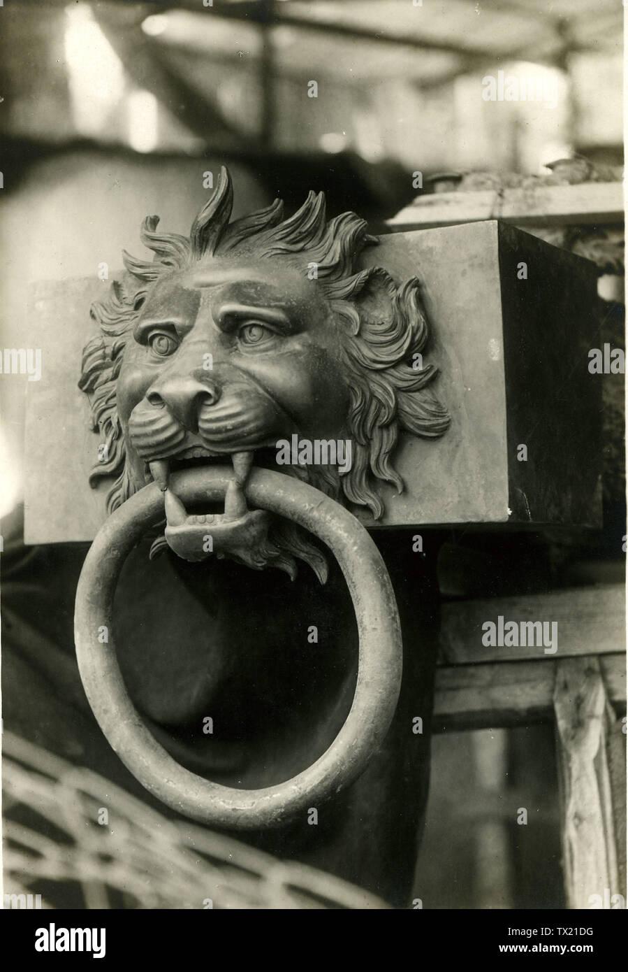 """'Italiano: Navi di Nemi. Elemento decorativo in bronzo per testa di trave, rappresentante una testa di leone che stringe fra i denti onu anello; tra il 1928 e il 1930 data QS:P,+1950-00-00T00:00:00Z/7,P1319,+1928-00-00T00:00:00Z/9,P1326,+1930-00-00T00:00:00Z/9; Archivio fotografico storico del Museo della scienza e della tecnologia Leonardo da Vinci. Museo della Scienza e della Tecnologia Leonardo da Vinci Luogo Milano, Italia coordinate 45° 27' 46.87"""" N, 9° 10' 16.45"""" E STABILITO 1942 Pagina Web http://www.museoscienza.org competente controllo : Q947082 VIAF: 168126333 ISNI: 0000 Immagini Stock"""