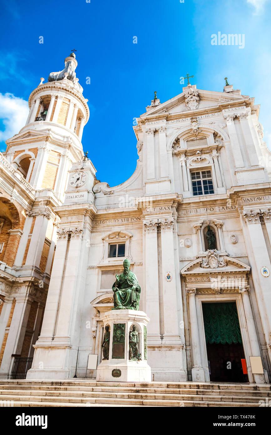 L'Italia, Marche, Loreto, a basso angolo di visione della Basilica della Santa Casa, facciata Foto Stock