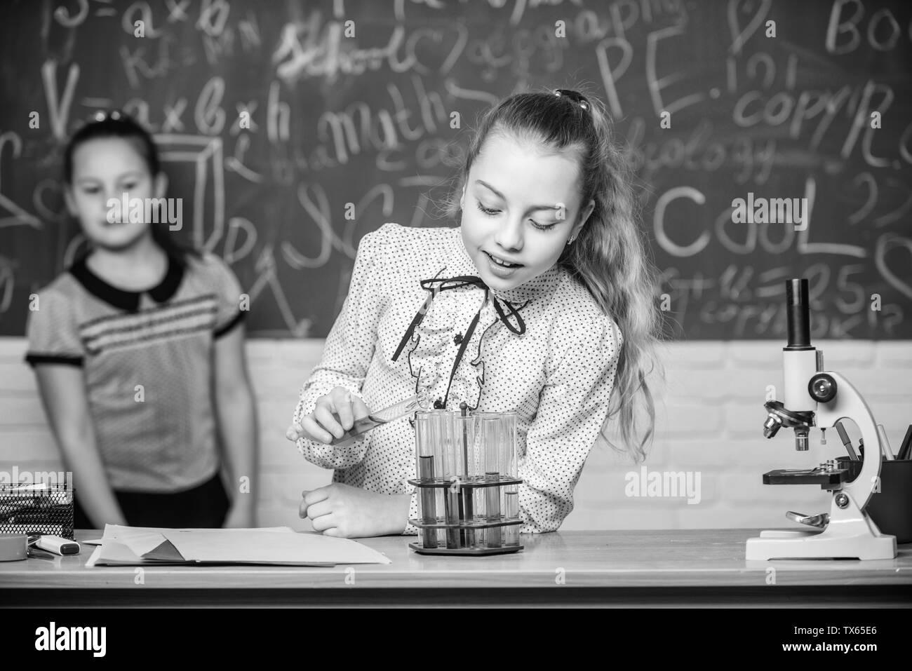 Le ragazze di lavoro esperimento chimico. Scienze naturali. Esperimento educativo. Classi scolastiche. La chimica e la biologia lezioni. Osservare le reazioni chimiche. La reazione chimica molto più eccitante della teoria. Immagini Stock