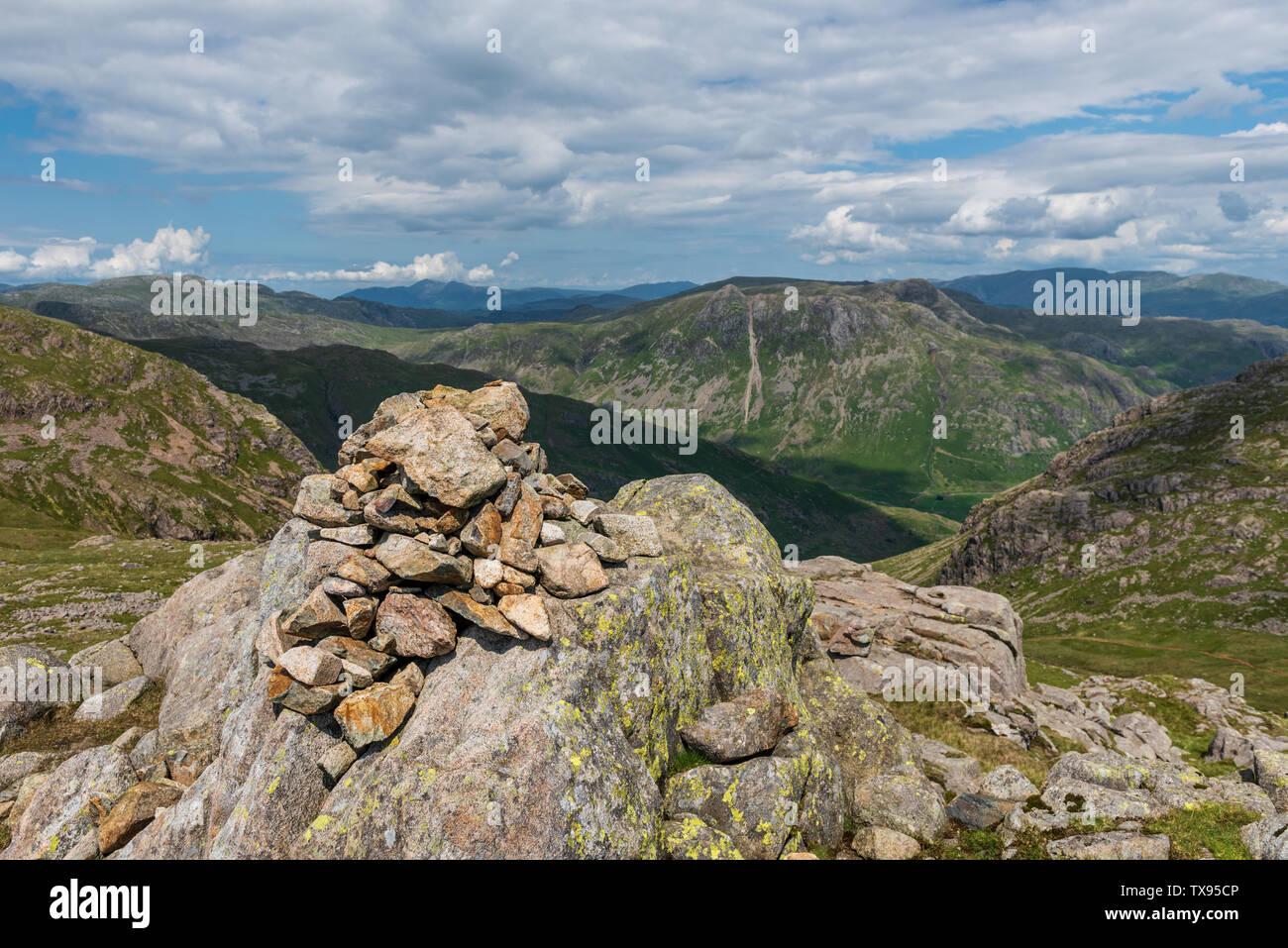 Il Vertice Cairn il luccio freddo nel sud Fells della Cumbria Foto Stock