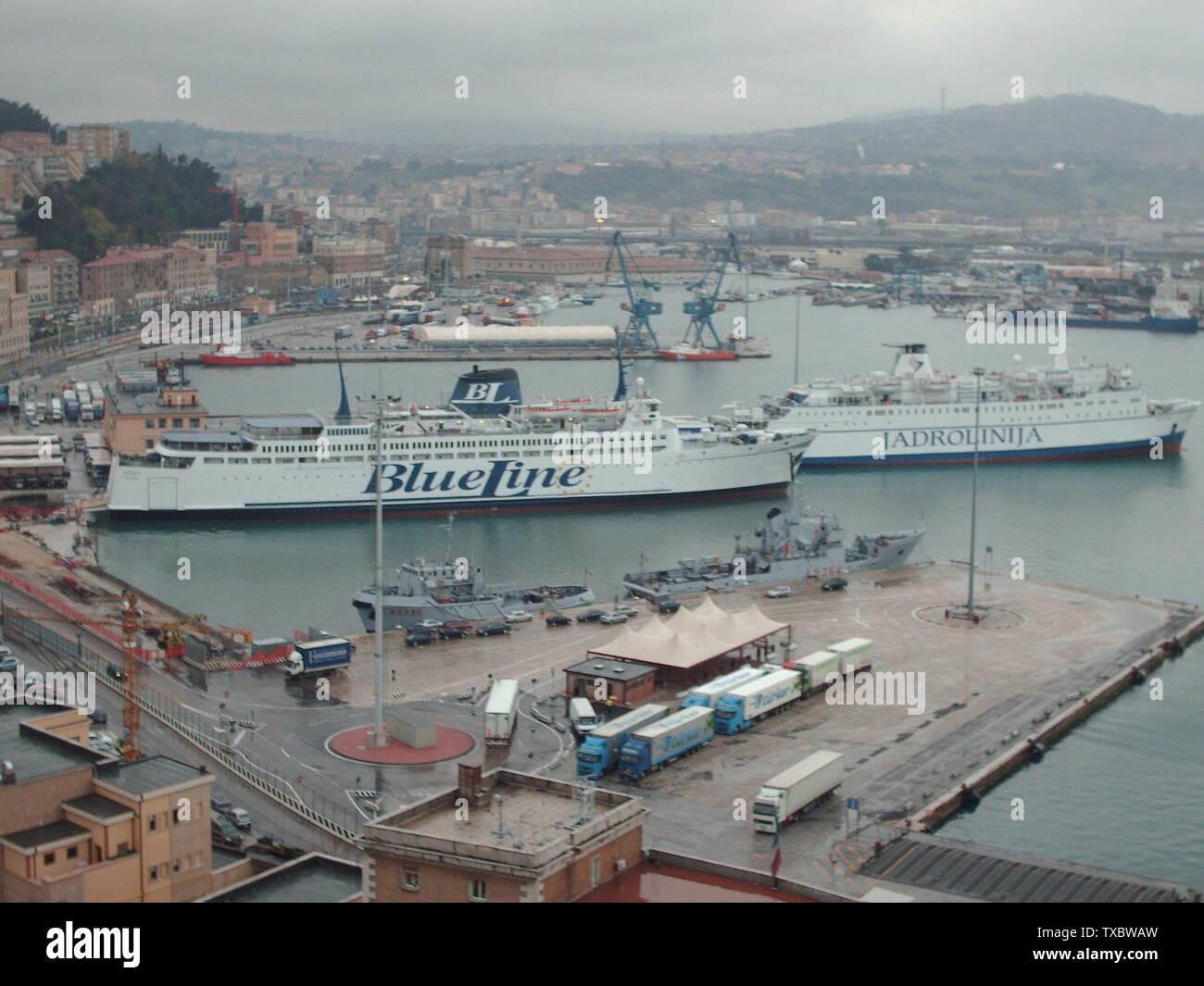 il porto di Ancona in lantanza. Il porto di Ancona, Italia. I traghetti  sono la MV