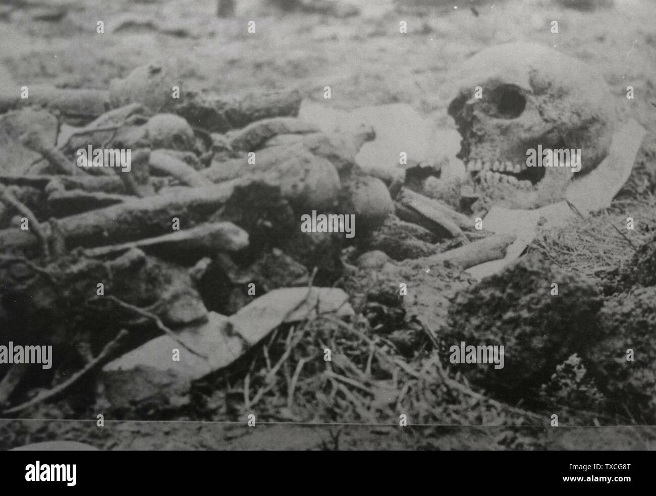 'Italiano: Riesumazione delle vittime della corriera fantasma; prima di 1969 data QS:P,+1969-00-00T00:00:00Z/7,P1326,+1969-00-00T00:00:00Z/9; http://www.centrorsi.it/notizie/Archivio-storico/Documenti-riguardanti-la-corriera-fantasma-maggio-1945.html; sconosciuto; ' Immagini Stock