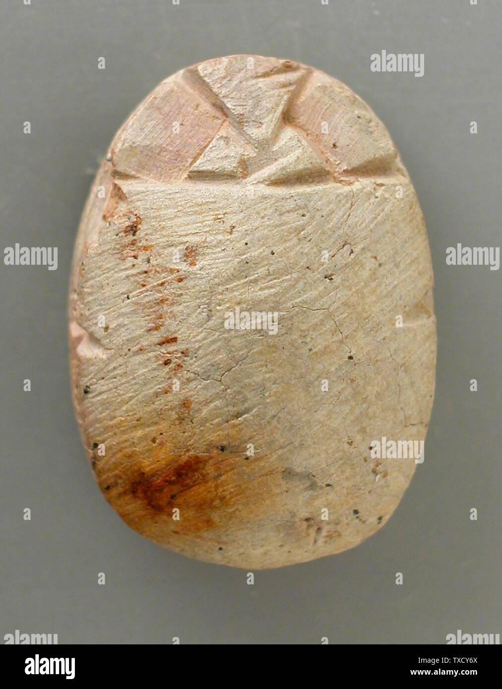'Scarab con disegno geometrico (immagine 2 di 2); scultura in steatite Bianca 11/16 x 1/2 x 1/4 in. (1.69 x 1.21 x .71 cm) dono di Hyatt Robert von Dehn (M.69.91.235) Arte Egizia; ' Immagini Stock