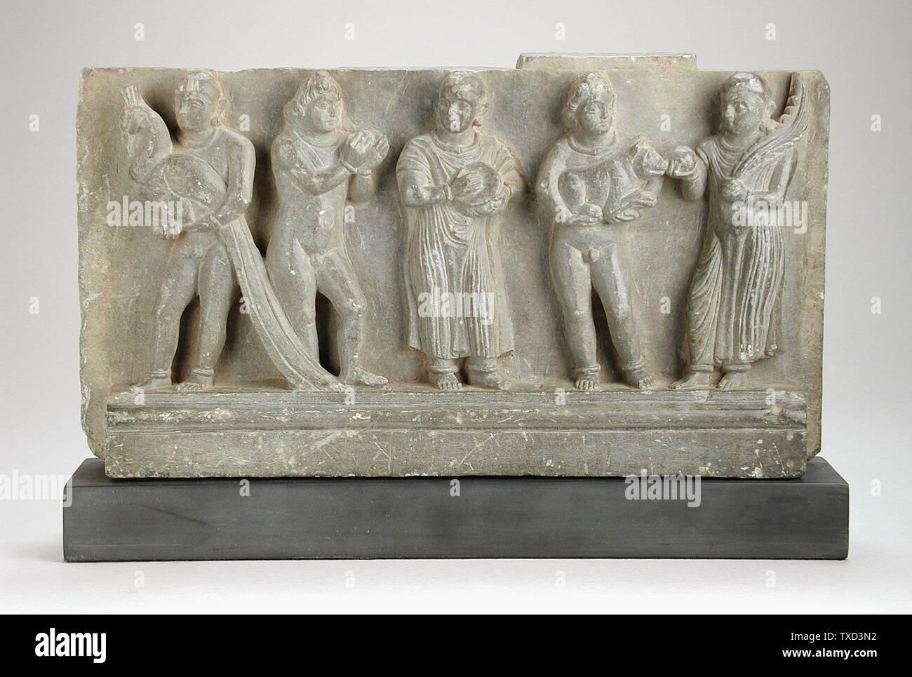'Stair Riser a rilievo con offrendo la scena; inglese: Pakistan, Gandhara regione, 2a-3a secolo scultura scisto grigio 12 3/8 x 6 3/8 x 2 1/4 in. (31.43 x 16.19 x 5.71 cm) il dono della Signora e signor Werner G. Scharff (M.91.232.4) a sud e sud-est asiatico; arte 2a-3a secolo; ' Immagini Stock
