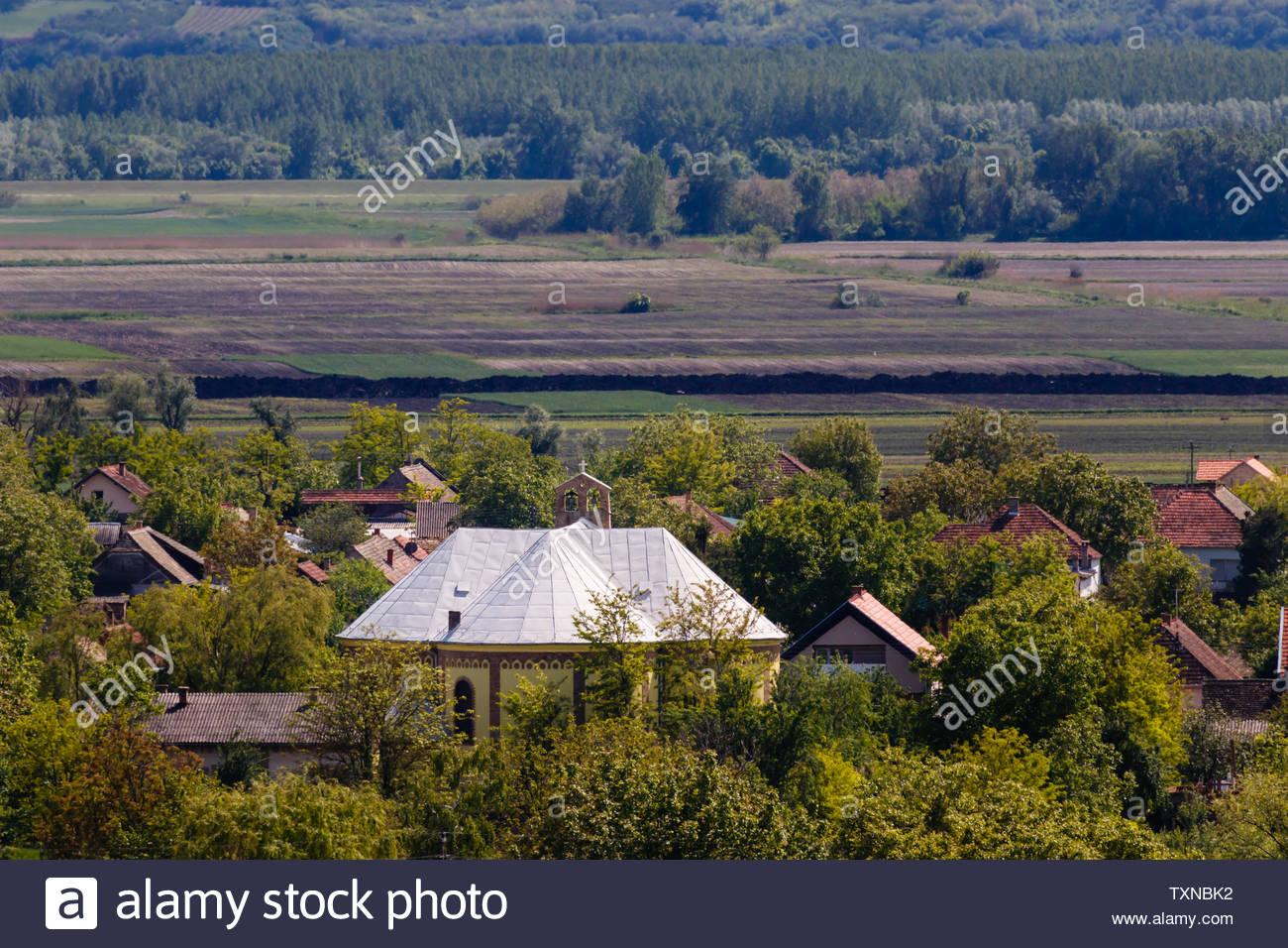 Paesaggio con chiesa in Titel, Serbia, antenna prendere, chiesa torre Immagini Stock
