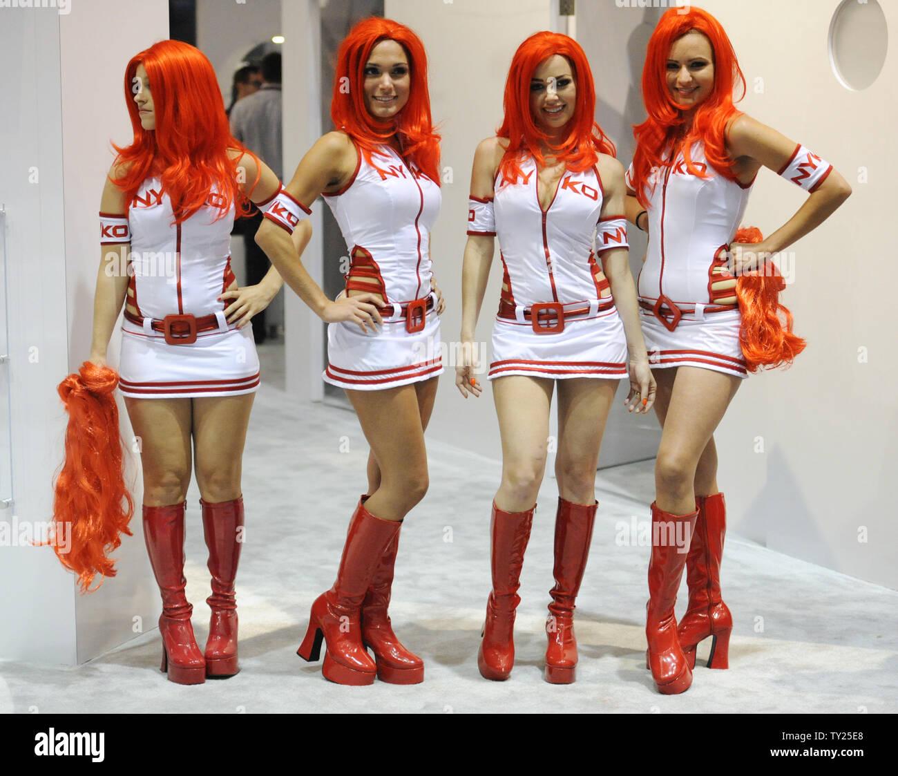 Le ragazze in costume posa per fotografie e passare fuori parrucche colorate al Nyko booth durante l'E3 (Electronic Entertainment Expo che si terrà presso il Convention Center di Los Angeles il 9 giugno 2011. UPI/Fil McCarten Foto Stock