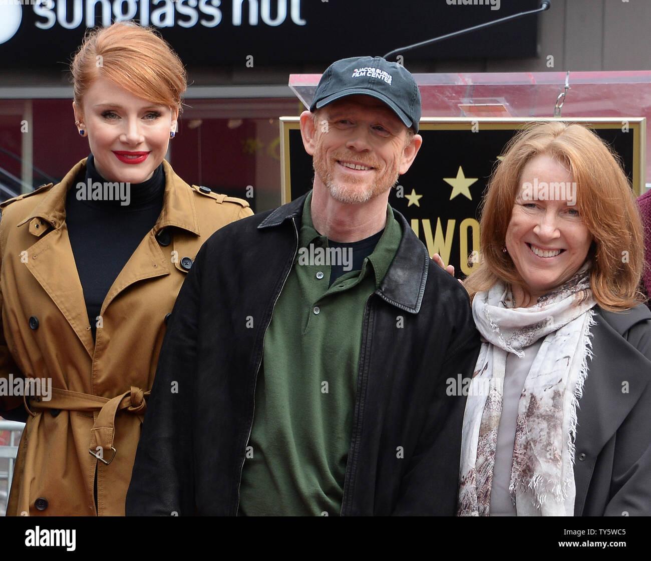 Regista e attore Ron Howard è affiancato dalla moglie Cheryl Howard (R) e  la loro figlia,