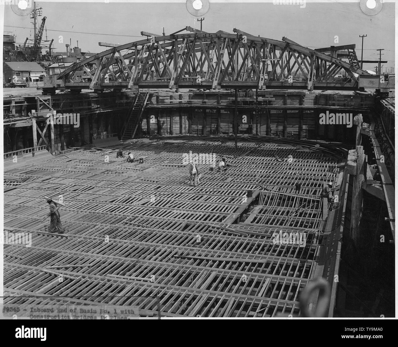 Naval Air Station, San Pedro: 3 maggio 1945 - Il lato più interno del Bacino n. 1 con la costruzione di ponti in luogo Immagini Stock