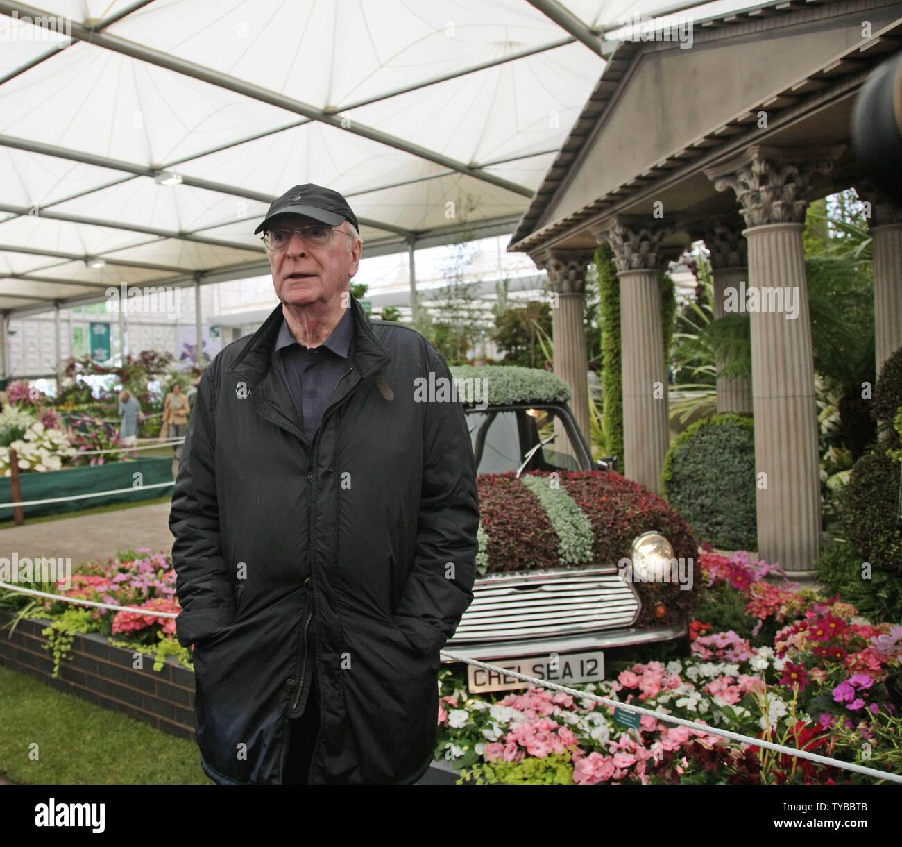 Attore Sir Michael Caine pone in un giardino al 2012 Chelsea Flower Show a Londra, 21 maggio 2012. UPI/Hugo Philpott Foto Stock