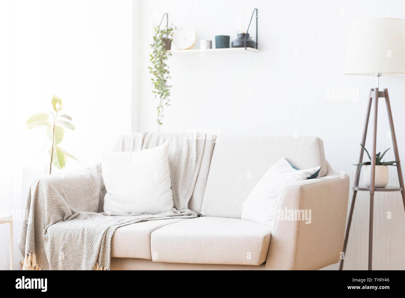 Interni dal design moderno di soggiorno con confortevole arredamento Foto Stock