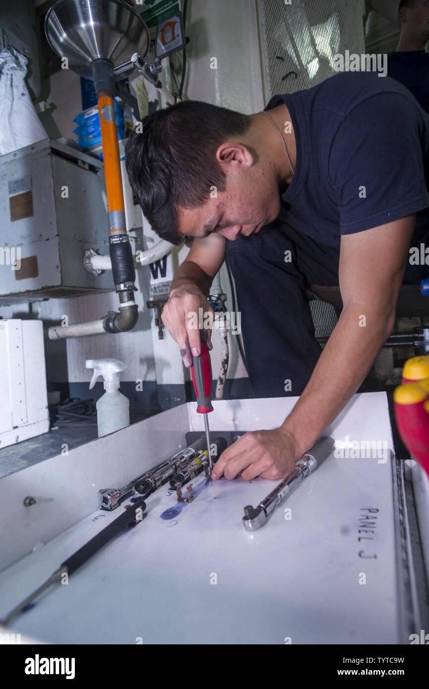 5TH FLOTTA AREA DI OPERAZIONI (nov. 27, 2016) Petty Officer di terza classe Gage Coyne, da Jacksonville, Florida, assegnato alla palude volpi di elicottero Maritime Strike Squadron (HSM) 74 ridispone una cassetta degli attrezzi a bordo guidato-missili cruiser USS San Jacinto (CG56). Coyne serve a bordo della San Jacinto come un tecnico di aviazione (tecnico) ed è responsabile per la riparazione e la risoluzione dei problemi la MH-60R Sea Hawk helicopter systems. San Jacinto, distribuito come parte di Eisenhower Carrier Strike gruppo, è di sostenere le operazioni di sicurezza marittima e di teatro la cooperazione in materia di sicurezza gli sforzi negli Stati Uniti 5. Immagini Stock