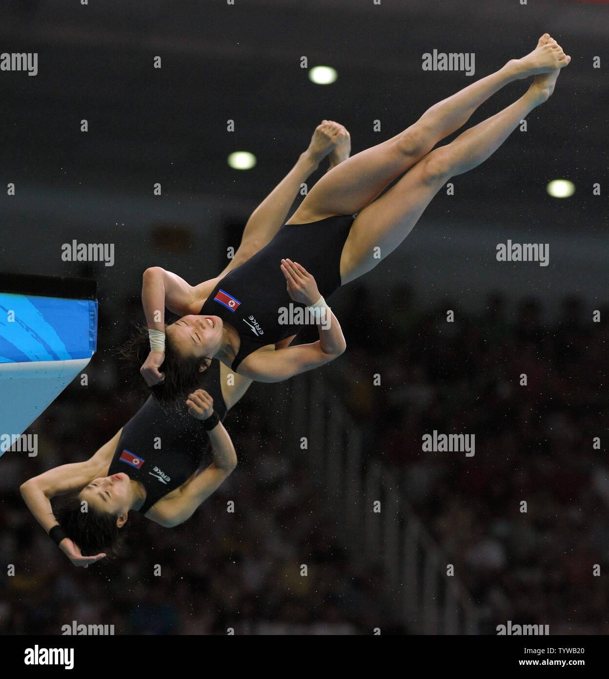 La Germania Stefanie Anthes e Nora Subschinski competere in donne 10M Sincro tuffi dalla piattaforma al Centro Acquatico Nazionale (Cubo Acqua) durante le 2008 Olimpiadi di estate a Pechino, in Cina, il 12 agosto 2008. (UPI foto/Roger L. Wollenberg) Foto Stock