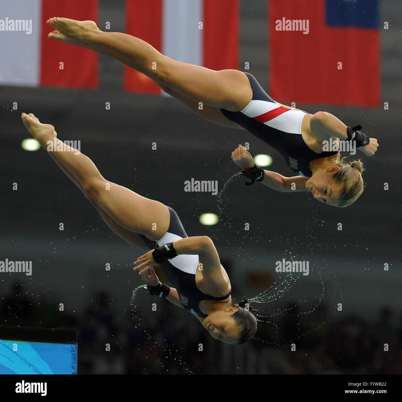 USA Dunnichay Marybeth e Haley Ishimatsu competere in donne 10M Sincro tuffi dalla piattaforma al Centro Acquatico Nazionale (Cubo Acqua) durante le 2008 Olimpiadi di estate a Pechino, in Cina, il 12 agosto 2008. (UPI foto/Roger L. Wollenberg) Foto Stock
