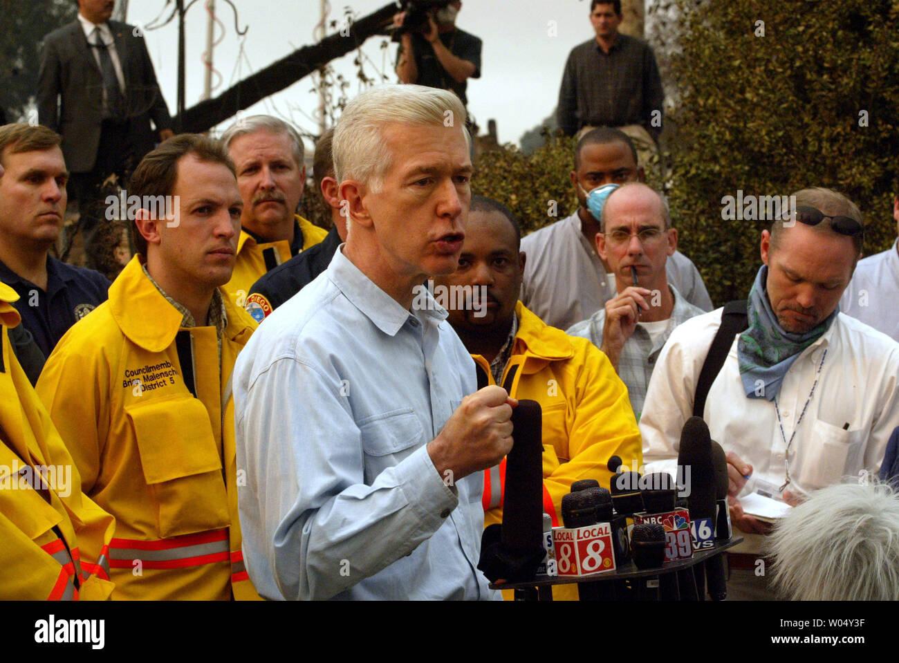Il governatore della California Gray Davis (centro) sottolinea il vigoroso sforzo che sta compiendo per ricevere assistenza federale. Gov Davis ha girato la San Diego fire danneggiare in Scripps Ranch quartiere il 27 ottobre 2003, dove circa 160 case sono state perse. La diffusione di incendi da Ramona a sud-ovest per entrare in San Diego i limiti della città con tutti gli incendi consumando 255.000 acri, bruciando 360 strutture, lasciando 13 incidenti mortali, con 800 vigili del fuoco su linee di fuoco per data. (UPI/Tom Theobald) Immagini Stock