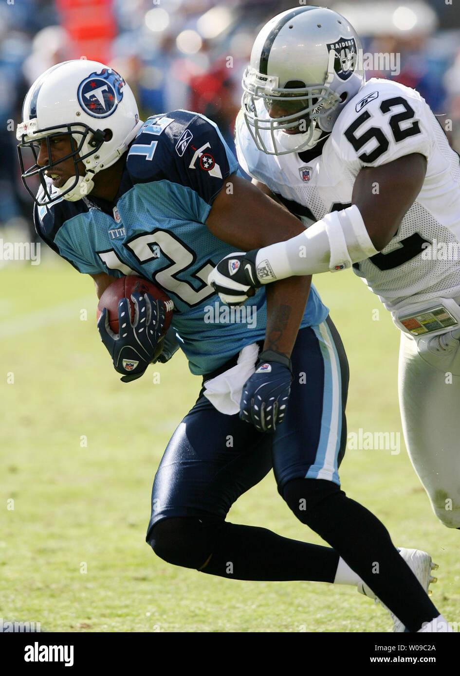Tennessee Titans wide receiver Justin Gage (12) viene affrontato da Oakland Raiders linebacker Kirk Morrison (52) durante una partita di calcio a LP Field a Nashville, nel Tennessee il 28 ottobre 2007. I Titani sconfitti i raider 13-9. (UPI foto/Frederick Breedon IV) Immagini Stock