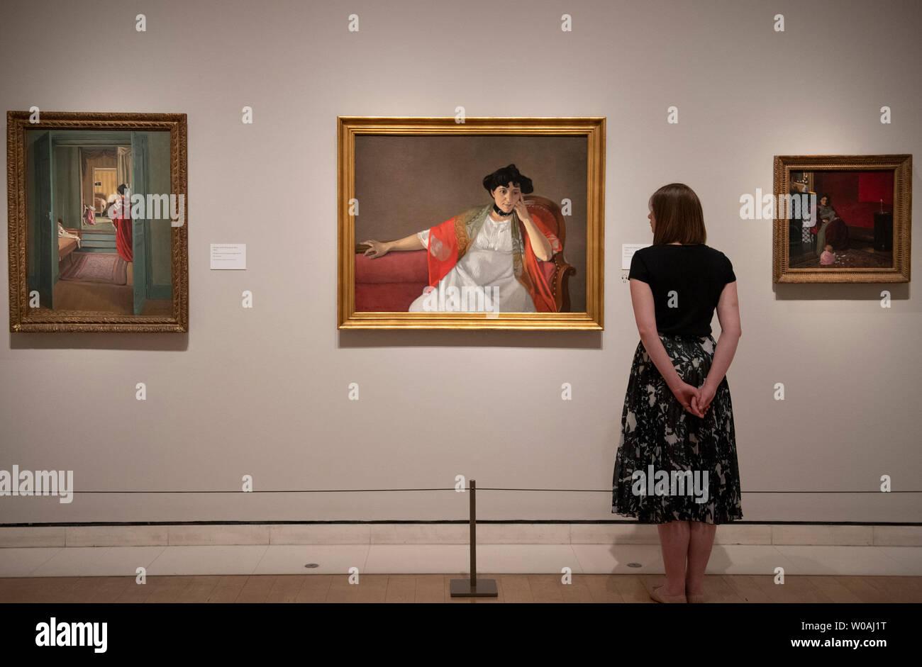 La Royal Academy of Arts di Londra, Regno Unito. Il 27 giugno 2019. Felix Vallotton: pittore di inquietudine. La prima mostra dell'artista Félix Vallotton di lavoro nel Regno Unito a partire dal 1976 e la prima ad includere i suoi dipinti. Immagine: (sinistra) interni con la donna in rosso (Intérieur avec femme en rouge de dos), 1903. Olio su tela. 92,5 x 70,5 cm. Kunsthaus di Zurigo; (destra) Gabrielle Vallotton, 1905. Il Musée des Beaux-Arts, Bordeaux. Credito: Malcolm Park/Alamy Live News. Immagini Stock