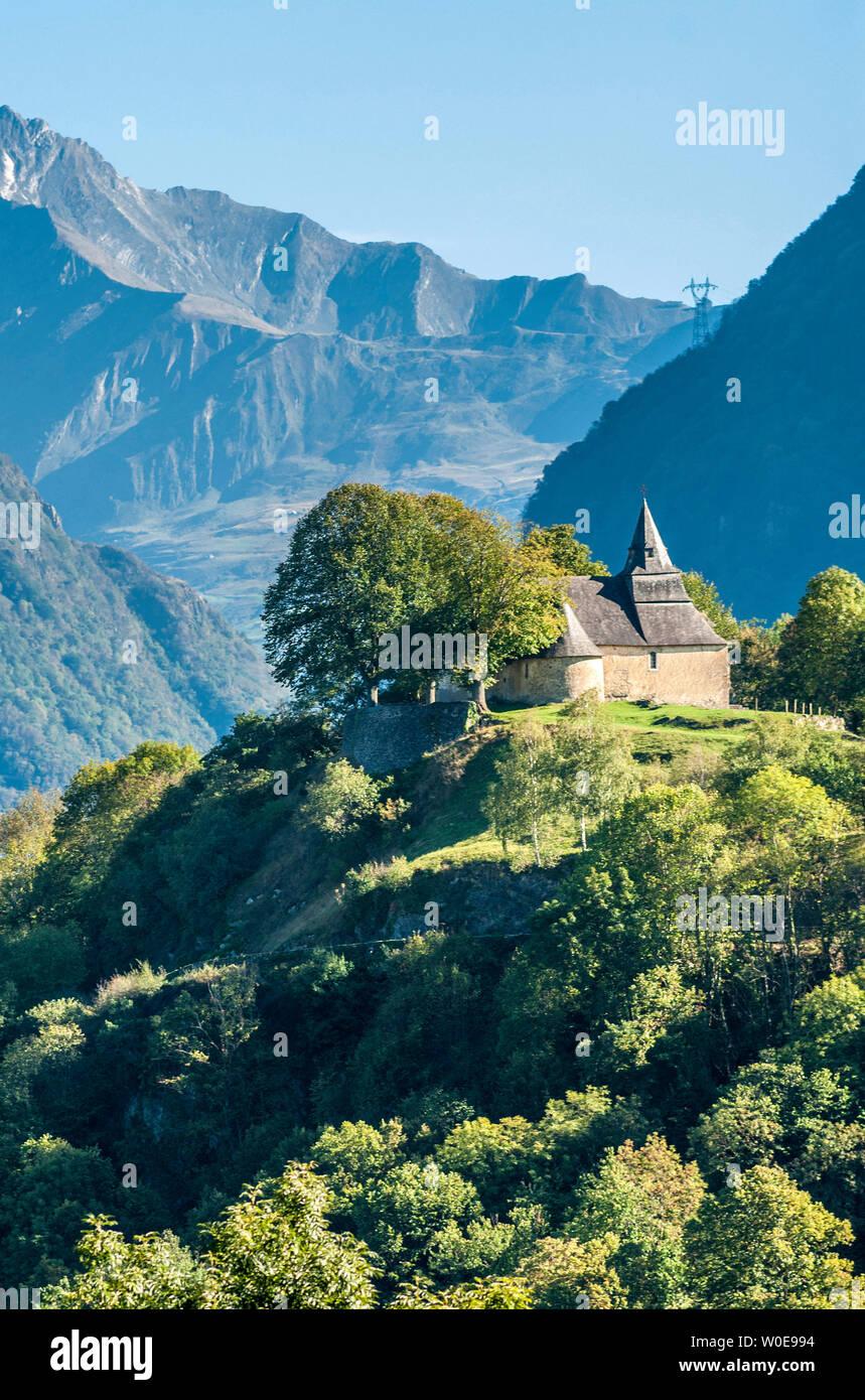Francia, parco nazionale dei Pirenei, Hautes Pyrénees, cappella di Notre-dame de Piétat all'inizio dell'Luz-St-Sauveur valley Foto Stock
