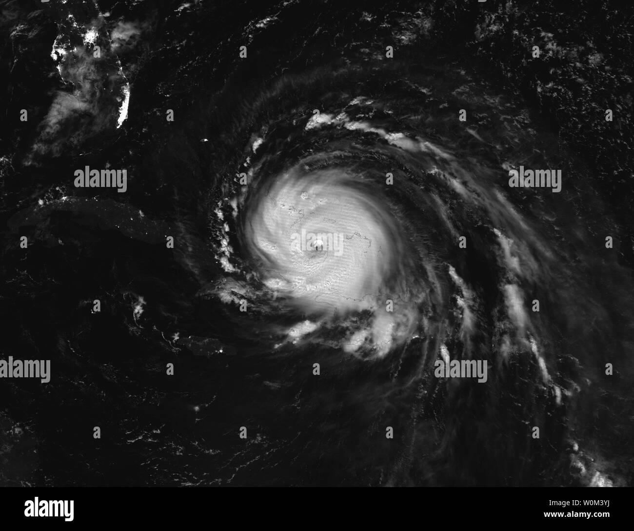 La NASA-NOAA's Suomi satellite NPP catturato questo Giorno/Notte Band image di uragano Irma oltre i turchi, Caicos e Bahamas Su settembre 8, 2017 a 2:36 a.m. EDT (0636 UTC). Florida della divisione nella gestione delle situazioni di emergenza si stima che 5,6 milioni di Floridians sono state ordinate per evacuare in quanto membro prepara per Irma per fare approdo domenica mattina presto. La NASA/UPI Foto Stock