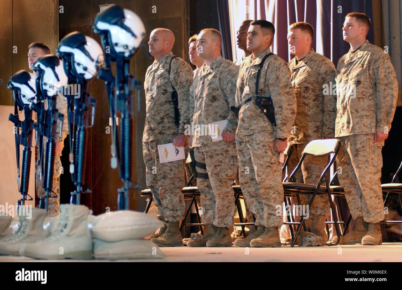 Marines da Marina elicottero pesante Squadron 361 stand all attenzione di Febbraio 2, 2005 all'inizio di un emotivo memoriale di servizio per i quattro uomo equipaggio che hanno perso la vita in un incidente in elicottero nel Al Anbar Provincia di Iraq Gen 26, 2005. (UPI foto/Ciad McMeen/USMC) Foto Stock