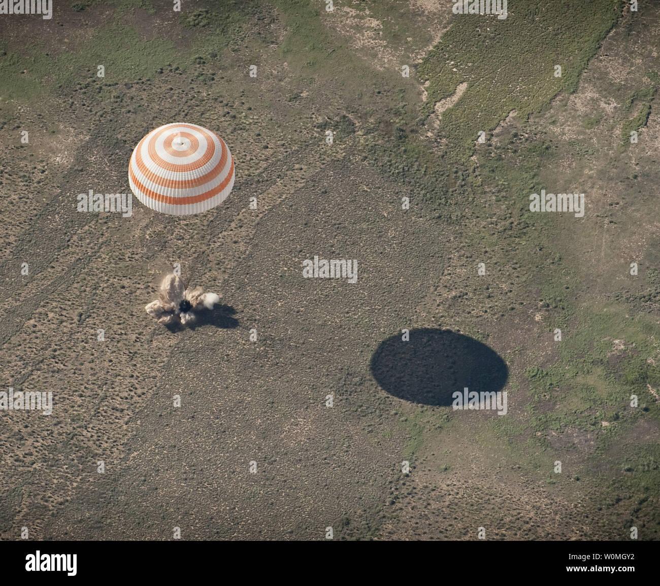 Il Soyuz TMA-17 lander è visto come si atterra con spedizione 23 comandante Oleg Kotov e gli ingegneri di volo T.J. Creamer e Soichi Noguchi vicino alla città di Zhezkazgan, Kazakistan il 2 giugno 2010. L'astronauta della NASA Creamer, cosmonauta russo Kotov e astronauta giapponese Noguchi sono di ritorno da sei mesi a bordo della Stazione spaziale internazionale dove sono serviti come membri della spedizione 22 e 23 equipaggi. UPI//Bill Ingalls/NASA Immagini Stock