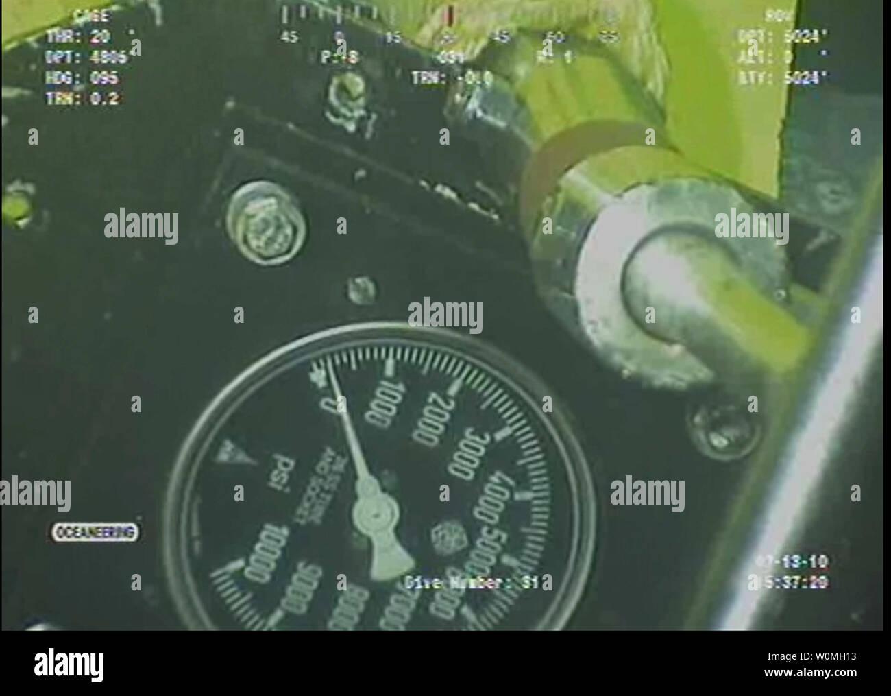 Questo video ancora fornito da parte di BP plc mostra un manometro che verrà utilizzato per eseguire il test del cappuccio installato che contribuiscono a ridurre la perdita di olio nel Golfo presso il sito della British Petroleum Deepwater Horizon fuoriuscite di olio, 13 luglio 2010. UPI/BP Immagini Stock