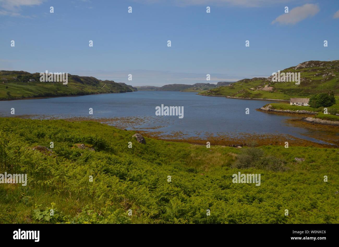 Loch Inchard, un loch costiere sulla costa ovest della Scozia, Regno Unito. Una delle attrazioni della Costa Nord 500 distanza lungo il percorso. Foto Stock