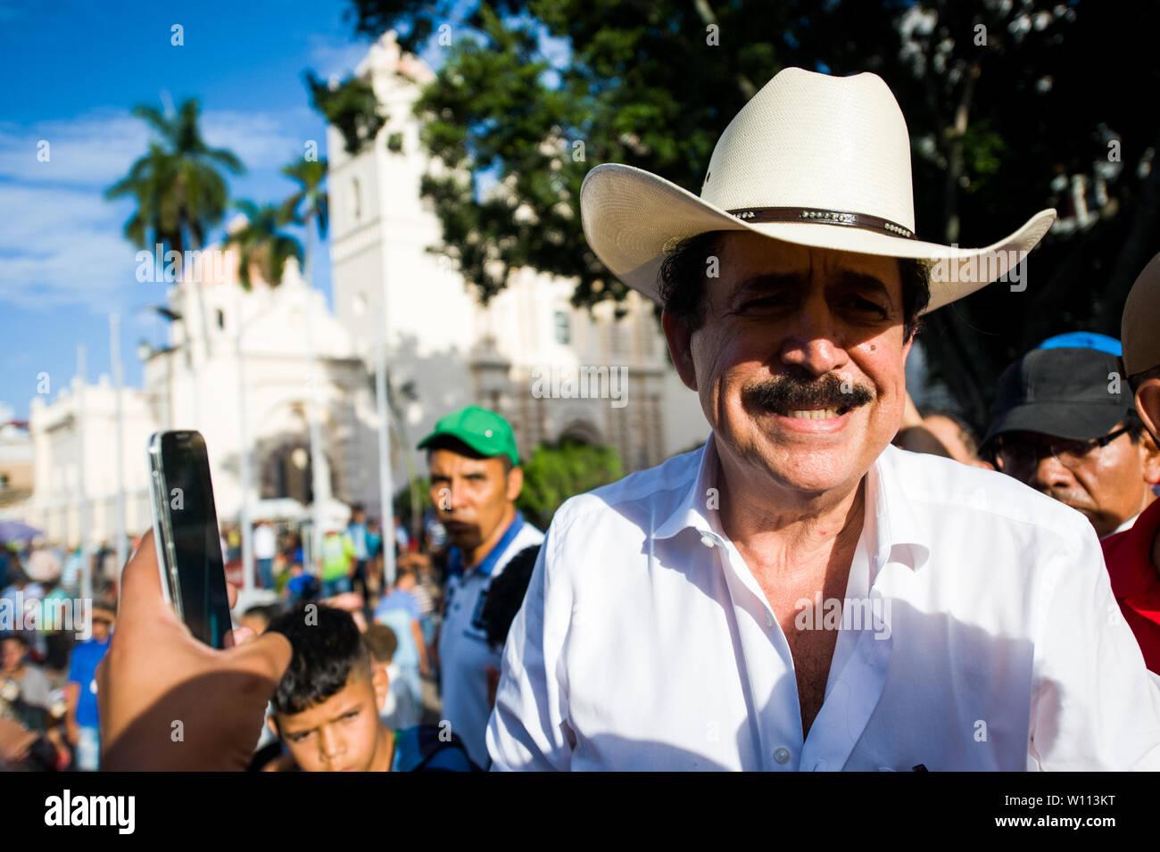 Tegucigalpa, Honduras. Il 29 giugno, 2019. Forme Honduras presidente Manuel Zelaya prende parte ad un concerto per celebrare i dieci anni di anniversario di colpo di credito: Camilo Freedman/ZUMA filo/Alamy Live News Foto Stock