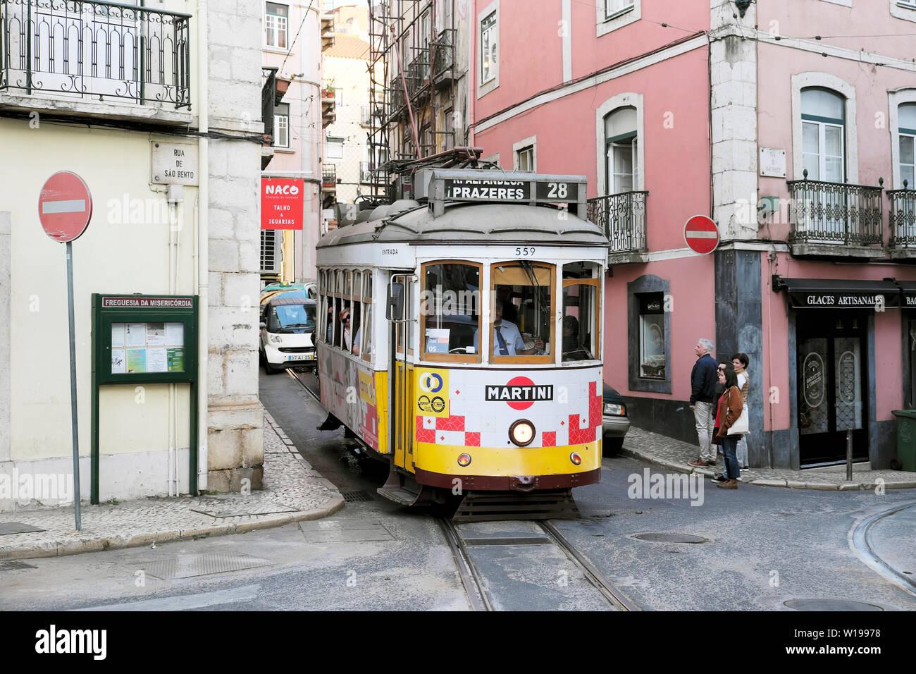 Parte anteriore del 28 tram per Prazeres sulla Rua de Sao Bento Street nel quartiere Bairro Alto di Lisbona Portogallo Europa KATHY DEWITT Foto Stock
