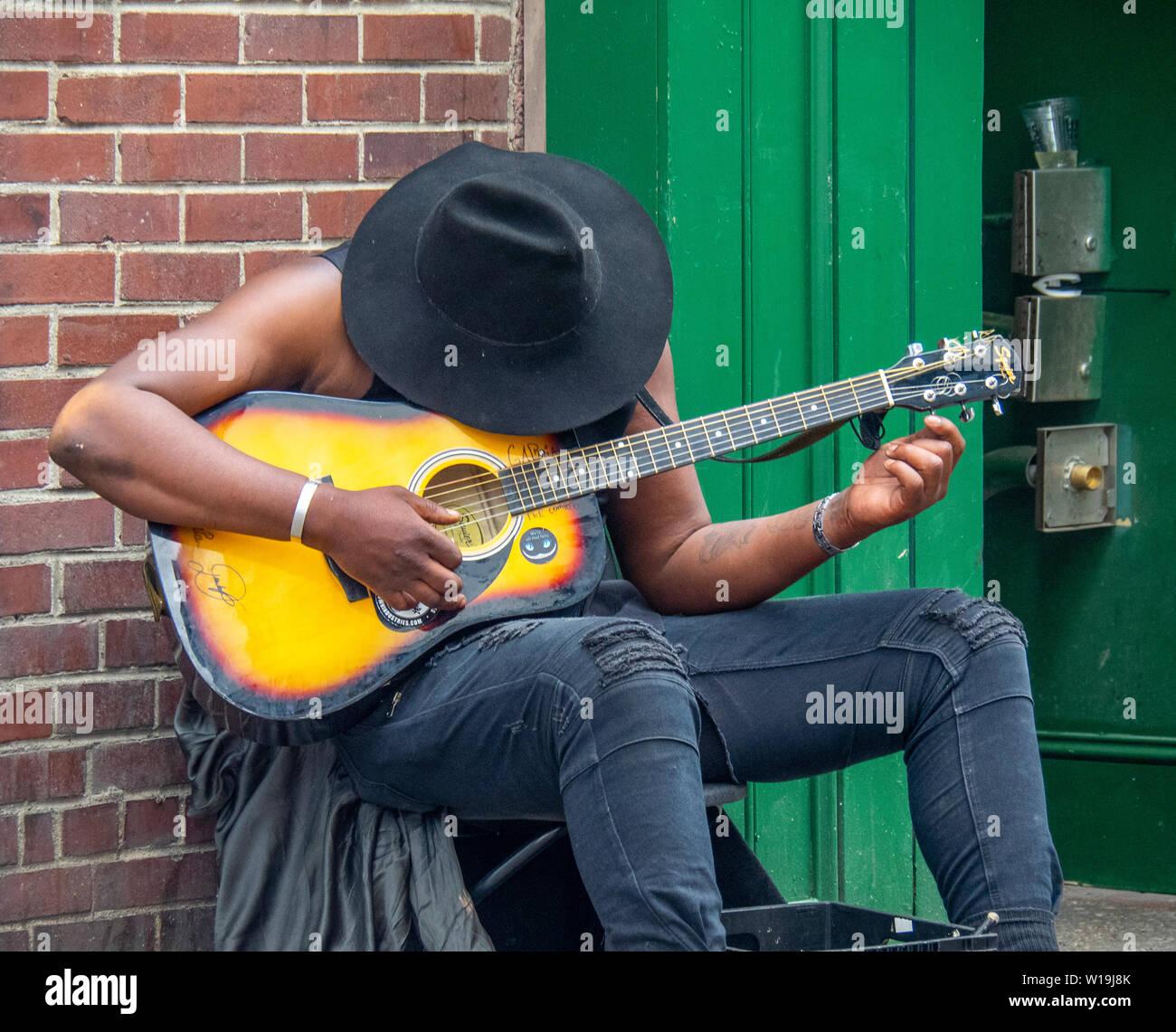 African American maschio chitarrista musicista di strada a Nashville Tennessee, USA. Foto Stock