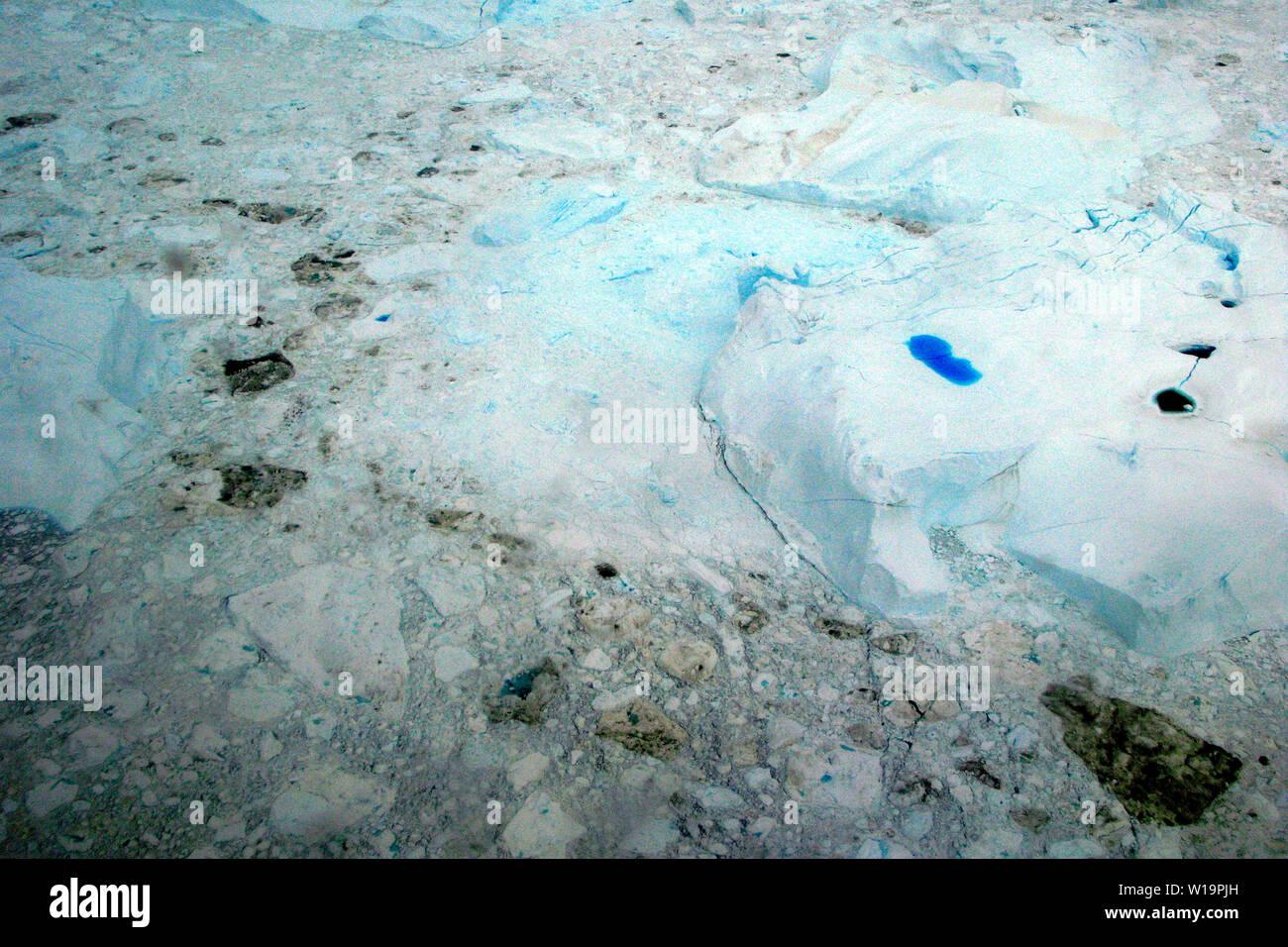 Mare di ghiaccio nella baia di Disko. La National Geographic Society rilasciata il 3 agosto 2015 una nuova mappa raffigurante un radicale perdita di ghiaccio nell'Artico. Check it out per te a http://news.nationalgeographic.com/2015/08/150803-arctic-ice-obama-climate-nation-science/. Secondo i ricercatori del danese Istituto meteorologici quasi dieci chilometri cubi di ghiaccio si scioglie ogni giorno dalla Groenlandia lastra di ghiaccio, acqua dolce di dumping nell'oceano. La lastra di ghiaccio gioca un ruolo importante nel raffreddare il pianeta, come 90 percento di luce del sole è riflessa di ritorno fuori nell'atmosfera. Perdere la Groenlandia ho Immagini Stock