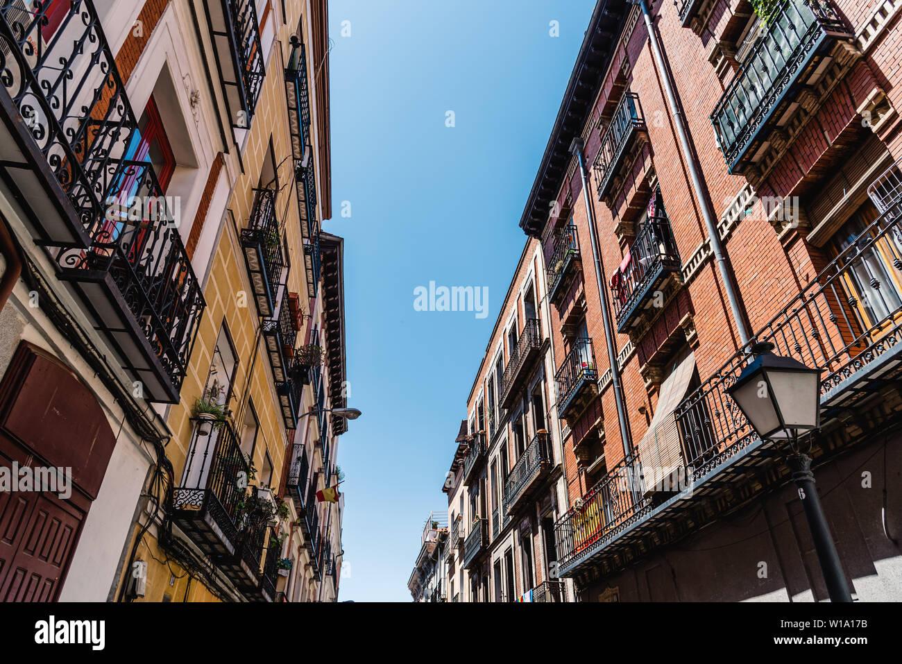 Paesaggio urbano del quartiere di Malasana in Madrid. Malasana è uno dei quartieri più alla moda in città Foto Stock
