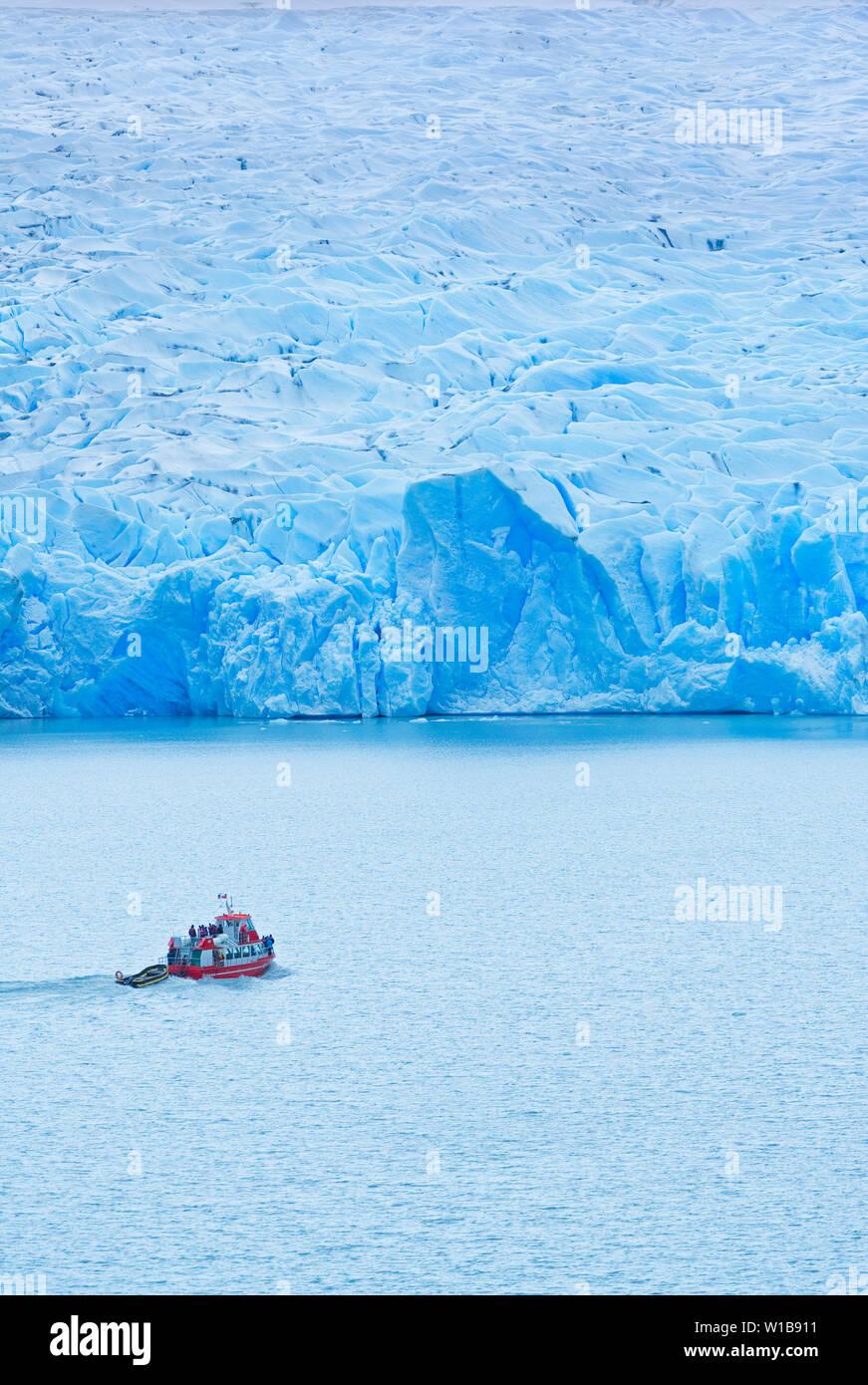Barca da iceberg, Grigio Lago, Parco Nazionale Torres del Paine, Ande della Patagonia, Patagonia, Cile, Sud America Foto Stock
