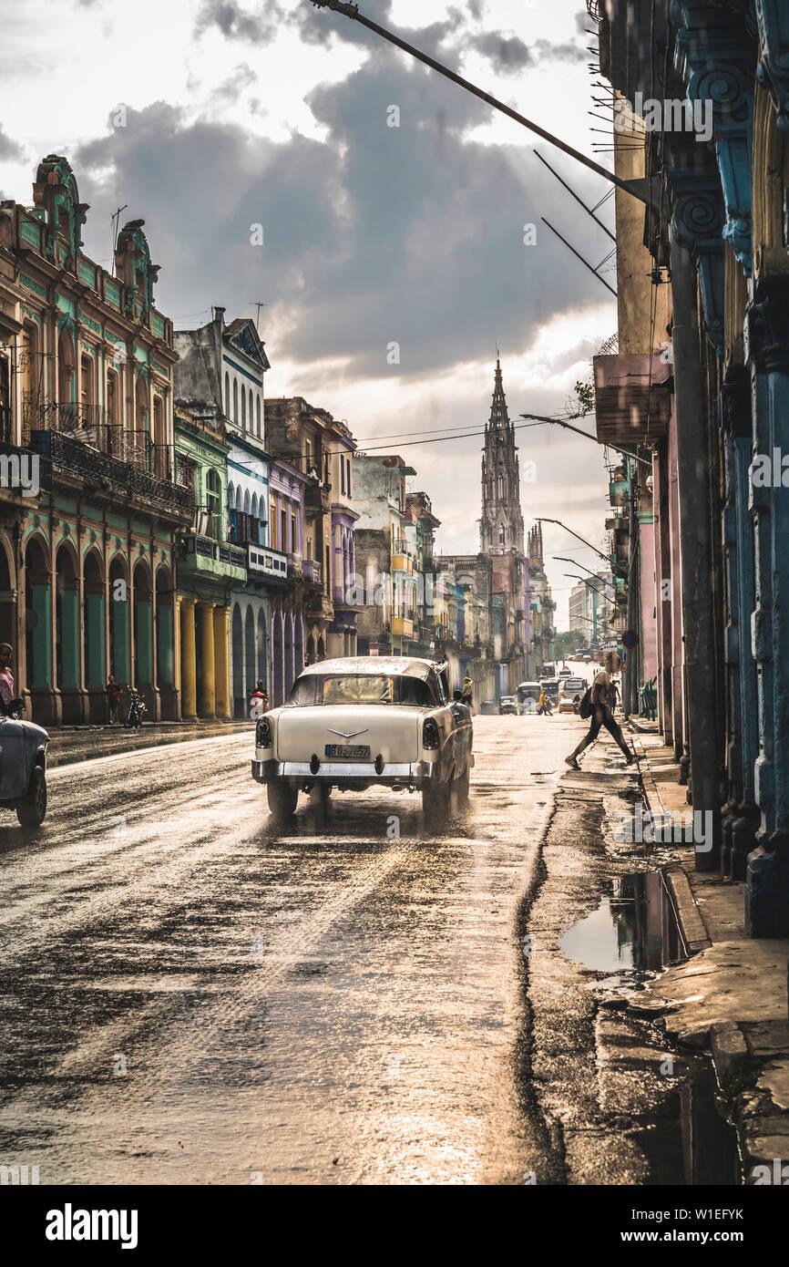 Tipica strada a La Habana e Cattedrale di distanza sotto la pioggia, l'Avana, Cuba, West Indies, dei Caraibi e America centrale Foto Stock