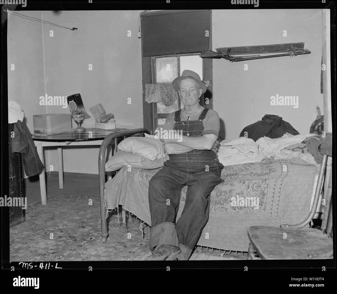 Il vecchio minatore di carbone, 82 anni, fu attivo in impostazione di questa miniera. Ha perso i suoi diritti a pensione da parte della visita al di fuori dello Stato, è ora ritornata ma è ancora idoneo per la rendita di vecchiaia a causa di insufficiente membro dello status di residente. Huerfano Coal Company, Ludlow miniera, Ludlow, Las Animas County, Colorado. Foto Stock