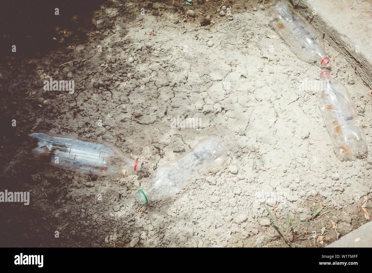 Inquinamento di plastica sulla terra. Rifiuti. Immondizia di plastica. La natura e la plastica. Immagini Stock