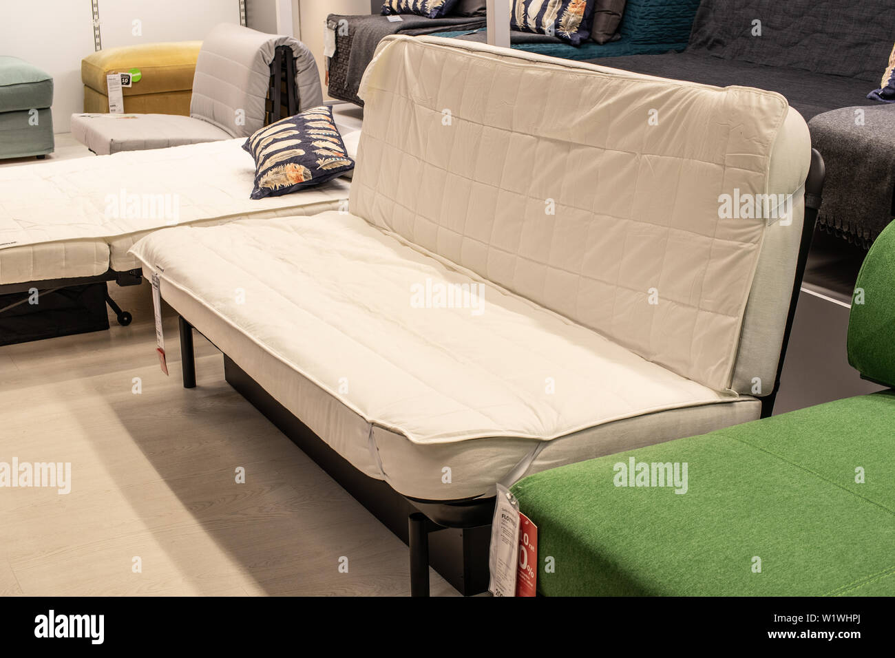 Divano Velluto Blu Ikea divani moderni immagini & divani moderni fotos stock - alamy