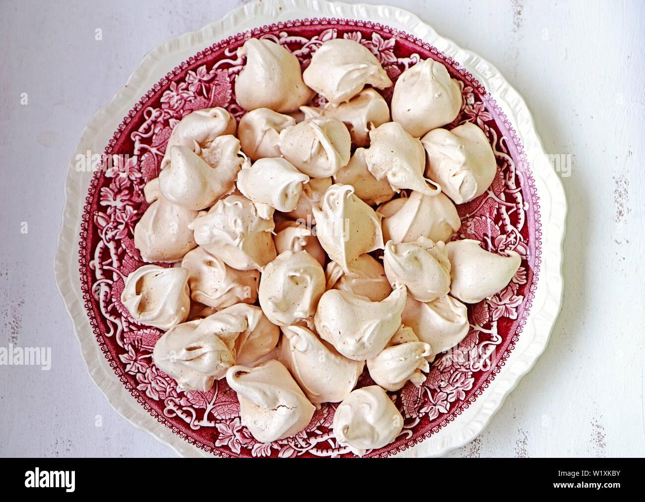 In casa meringhe cannella e vaniglia aromatizzati su un vintage piastra ceramica, deliziosi dessert, vista dall'alto Foto Stock