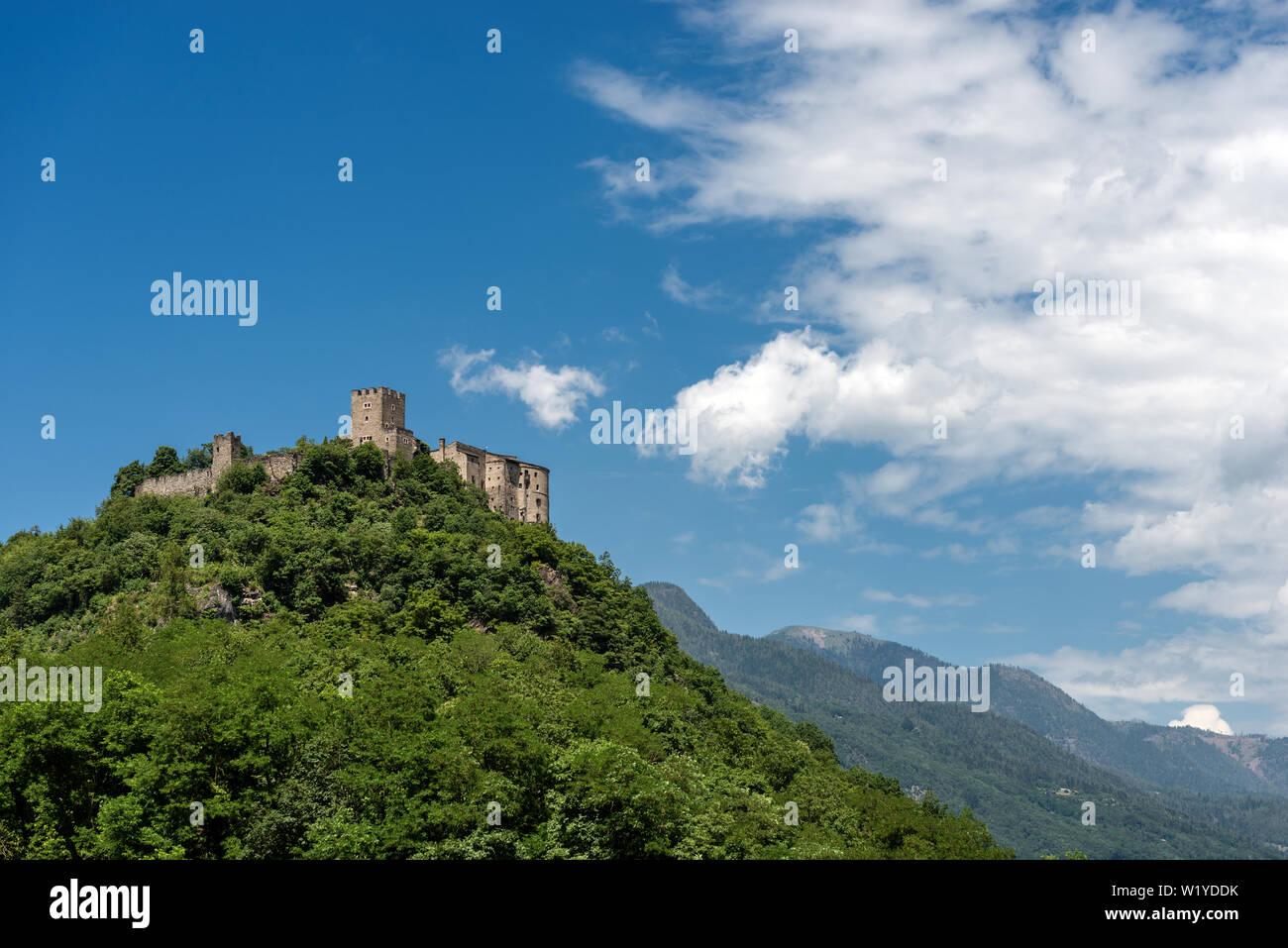 Il castello medievale di Pergine Valsugana, piccola città in Alpi italiane, Trentino Alto Adige, Provincia di Trento, Italia, Europa Foto Stock