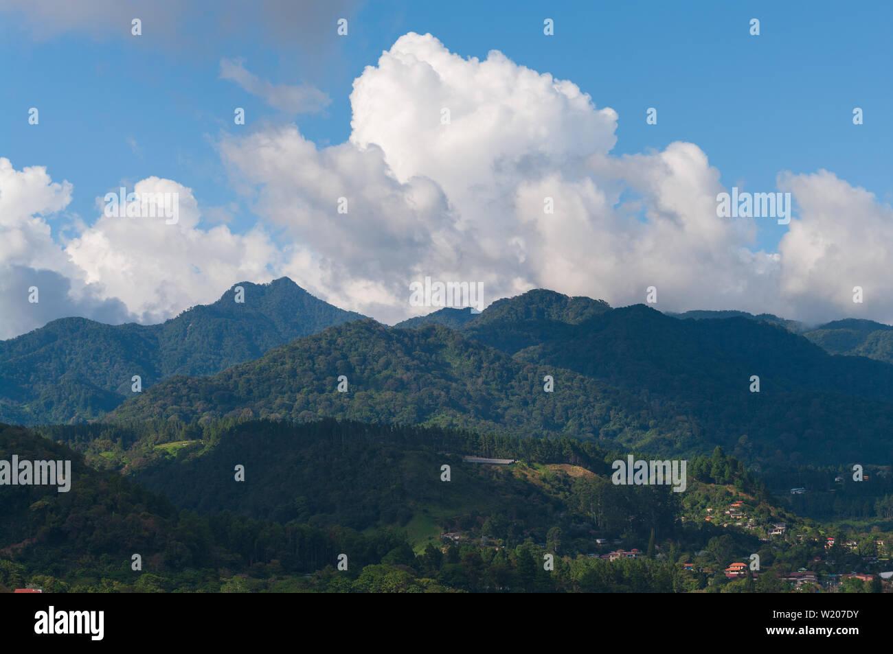 Immagine che mostra un paesaggio panama preso dalla città di Boquete in Chiriqui provincia guardando verso il Volcan Baru area. Foto Stock