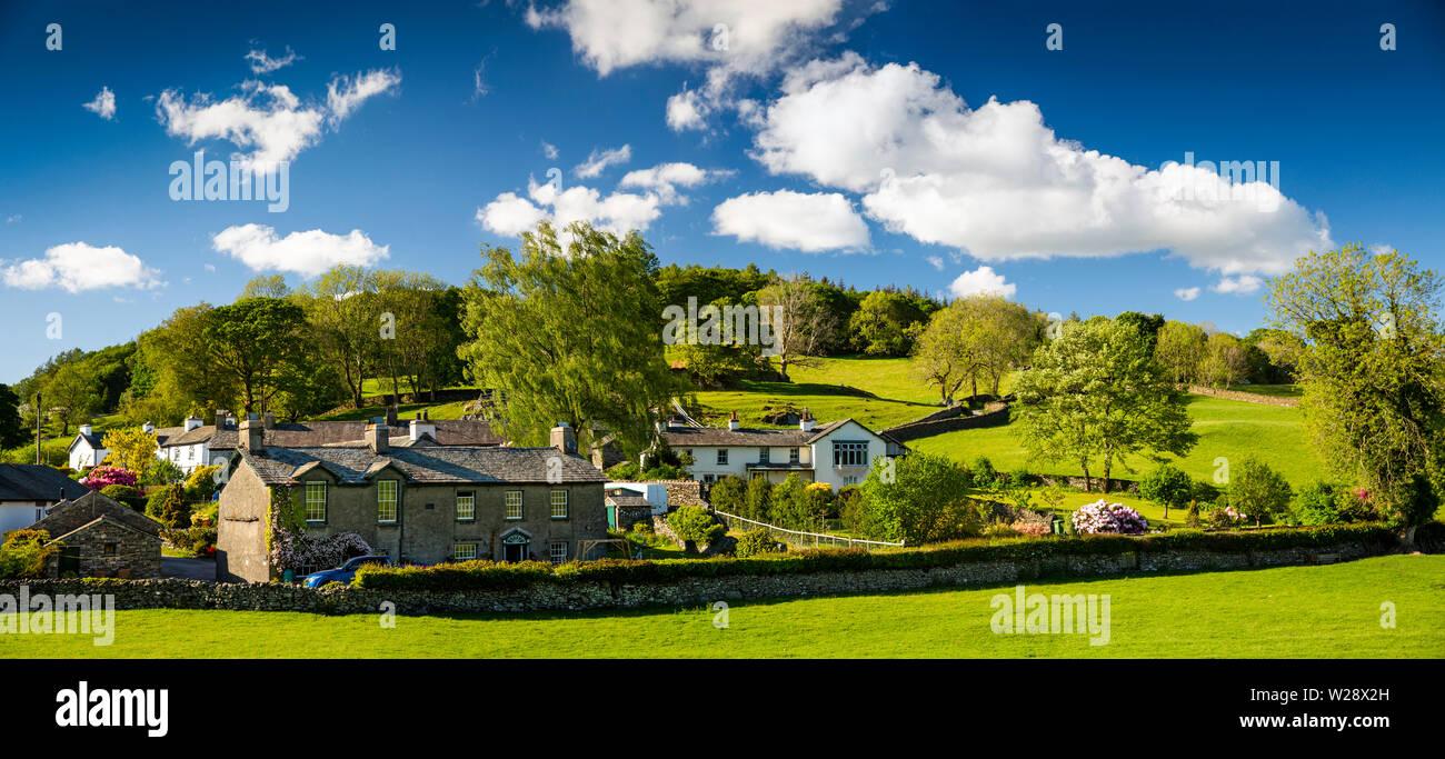 Regno Unito, Cumbria, Hawkshead, Near Sawrey, case di villaggio accanto alla corsia di pietre e legno di banca, panoramica Immagini Stock