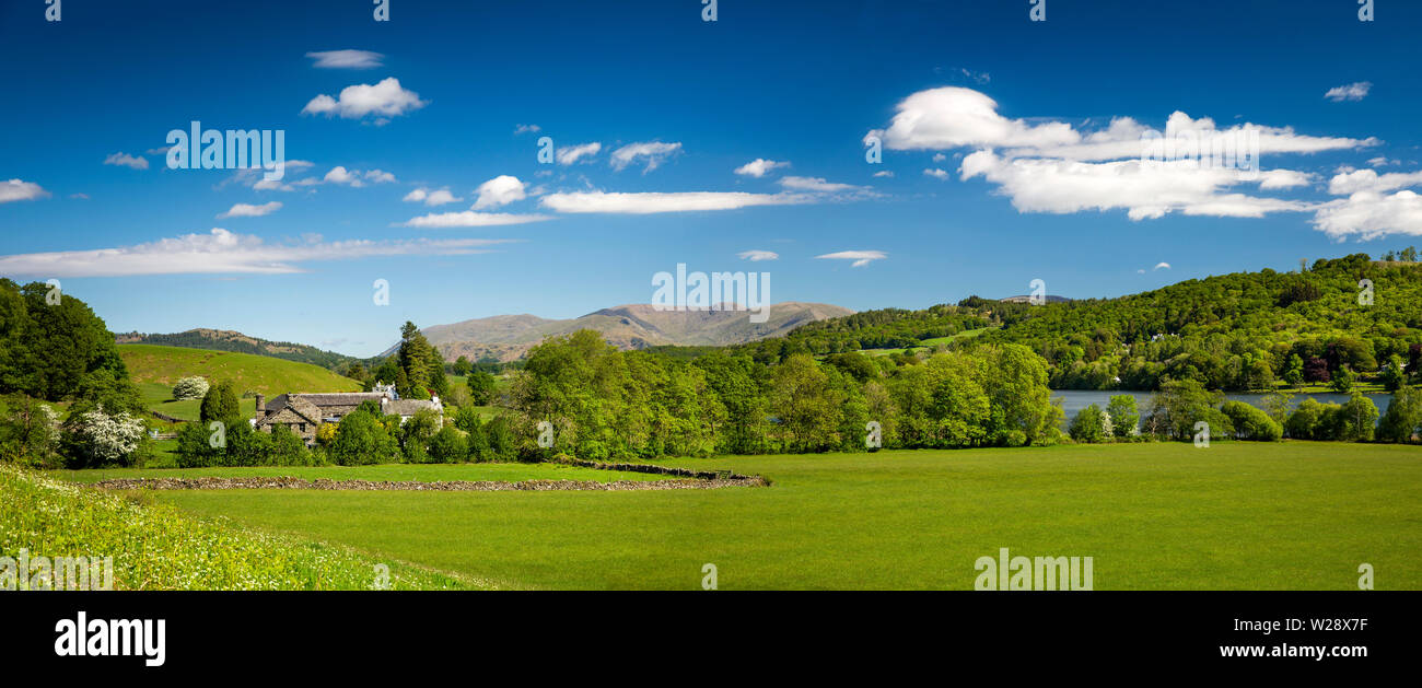 Regno Unito, Cumbria, Hawkshead, Esthwaite Hall e campi su banchi di acqua Esthwaite, panoramica Immagini Stock