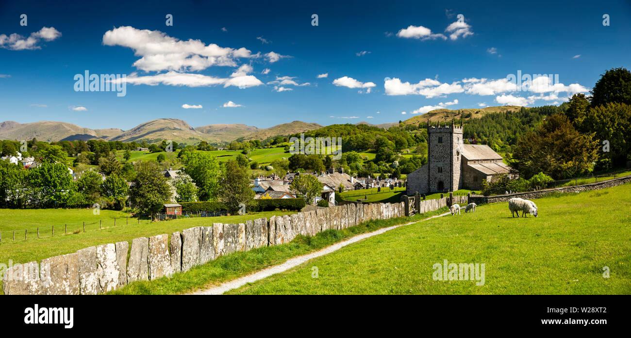 Regno Unito, Cumbria, Hawkshead, pietra bandiera recinto sul percorso di San Michele e Tutti gli Angeli Chiesa Parrocchiale, panoramica Immagini Stock