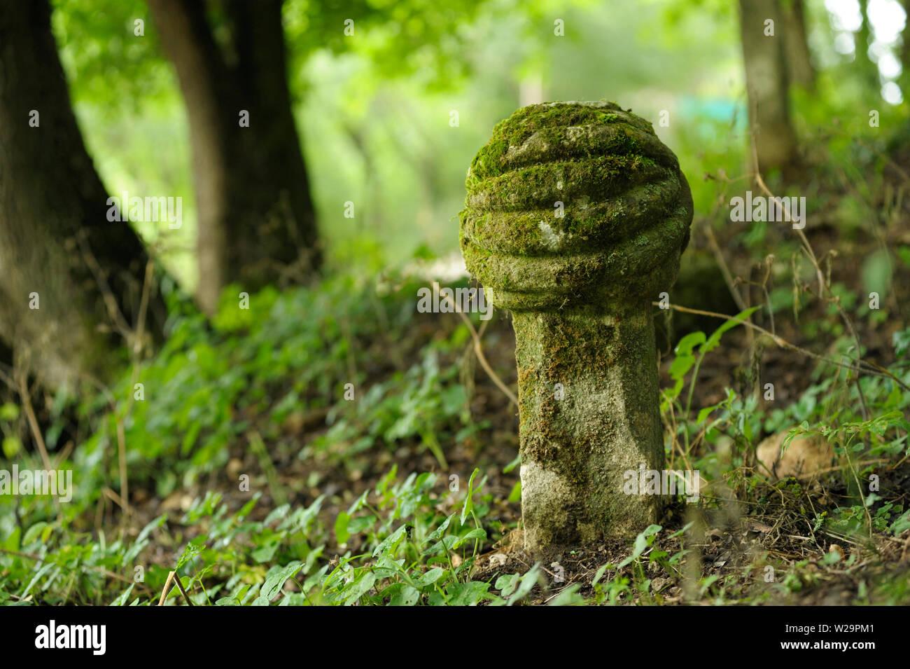Molto vecchia tomba, Tartaro recinto. Cimitero musulmano di 16-18 secoli. Giugno 18, 2017. Vysokoe (Kermenchik) villaggio, Crimea, Ucraina Immagini Stock