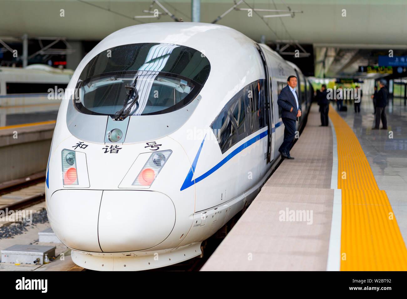Cina, Shanghai, Minhang District Shanghai Hongqiao stazione ferroviaria, Cina ferrovie CRH3 di un treno ad alta velocità, un G-treno di classe tra Shanghai e Pechino Immagini Stock