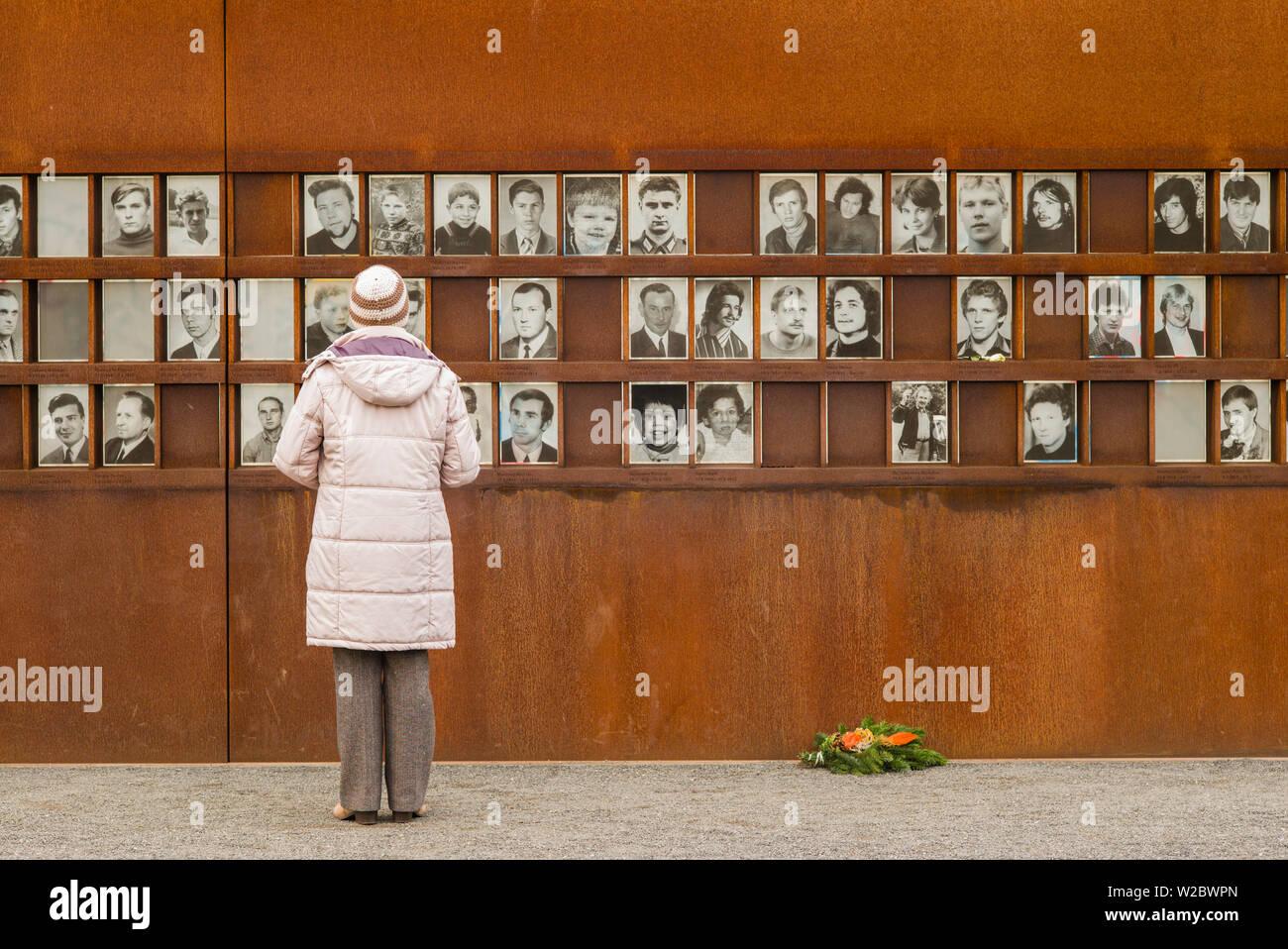 Germania, Berlino Prenzlauer Berg, Memoriale del Muro di Berlino le foto delle persone uccise da guardie di confine la fuga a Berlino Est Foto Stock