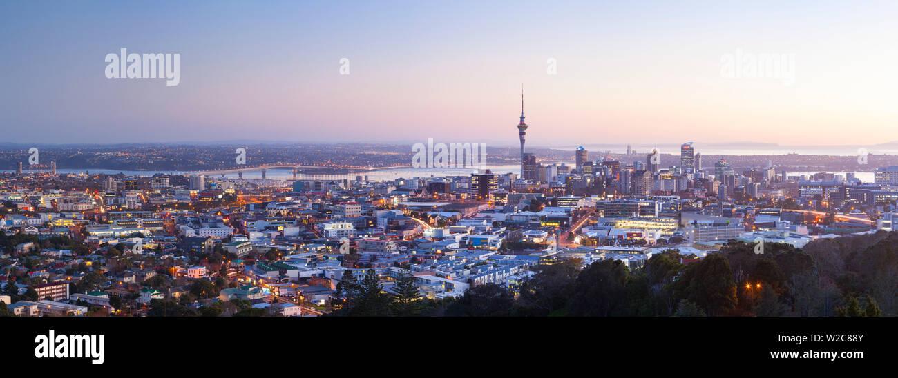 Skyline della città illuminata di Alba, Auckland, Isola del nord, Nuova Zelanda, Australasia Immagini Stock