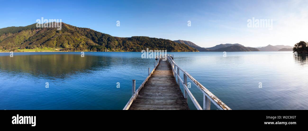 Il pittoresco molo nell'idilliaco Kenepuru Sound, Marlborough Sounds, Isola del Sud, Nuova Zelanda Immagini Stock